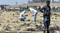 La police scientifique à la recherche d'éléments après le crash d'un avion d'Ethiopian Airlines près de Bishoftu, à 60 km au sud-est d'Addis Abeba, le 10 mars 2019 [TONY KARUMBA / AFP]