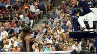Serena Williams s'emporte contre l'arbitre Carlos Ramos lors de la finale dames de l'US Open, samedi à New York. [TIMOTHY A. CLARY / AFP]
