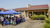 Des patients attendent devant le centre de santé Afia Himbi à Goma, le 15 juillet 2019 [Pamela TULIZO / AFP]