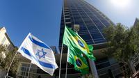 Photo des drapeaux israélien et brésilien devant l'ambassade du Brésil à Tel-Aviv, prise le 28 octobre 2018 [JACK GUEZ / AFP]
