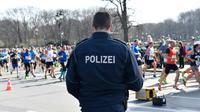 Un policier en faction lors du semi-marathon de Berlin, le 8 avril 2018  [Christophe Gateau / dpa/AFP]