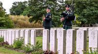 Un soldat canadien joue de la cornemuse pendant l'inhumation de quatre soldats canadiens tués pendant la Première Guerre Mondiale, à Loos-en-Gohelle, dans le nord de la France, le 23 août 2018 [Philippe HUGUEN / AFP]