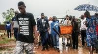 Des proches d'Adama Traoré portent son cercueil le 7 août 2016 à Kolaban Koro, au sud de Bamako, le 7 août 2016 [ANTHONY FOUCHARD / AFP/Archives]