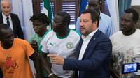 Le ministre italien de l'Intérieur Matteo Salvini au milieu de travailleurs agricoles étrangers, dans le sud de l'Italie, le 7 août 2018 [ROBERTO D'AGOSTINO / AFP/Archives]