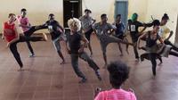 """La chorégraphe franco-haïtienne Jenny Mezile, fondatrice de la compagnie ivoirienne """"Les pieds dans la mare"""", dirige une répétition dans un gymnase du quartier d'Adjame à Abidjan (Côte d'Ivoire), le 7 mai 2019. [ISSOUF SANOGO / AFP]"""