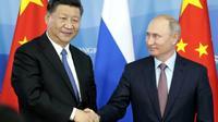 Le président russe Vladimir Poutine (d) et son homologue chinois Xi Jinping, lors d'un forum économique à Vladivostok le 11 septembre 2018 [SERGEI CHIRIKOV / POOL/AFP/Archives]