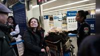 La correspondante en Chine de l'hebdomadaire français L'Obs, Ursula Gauthier, le 31 décembre 2015 à l'aéroport de Pékin  [FRED DUFOUR / AFP]