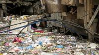 Un ruisseau rempli de plastiques dans un bidonville de Manille le 12 mai 2018. [NOEL CELIS / AFP/Archives]