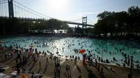 Baignade à la piscine Astoria lors d'une vague de chaleur, le 20 juillet 2019 à New York [Johannes EISELE / AFP]