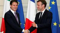 Le chef du gouvernement italien Giuseppe Conte et le président français Emmanuel Macron se serrent la main après leur conférence de presse commune à l'Elysée, le 15 juin 2018 [Francois Mori / POOL/AFP]
