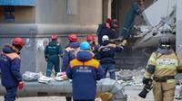 Des sauveteurs travaillent le 2 janvier 2019 sur le site d'un immeuble ravagé deux jours auparavant par une explosion de gaz à Magnitogorsk dans l'Oural russe [STR / AFP]