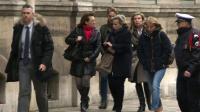 Capture d'écran d'une vidéo tournée par l'AFPTV montrant les filles de Jacqueline Sauvage arrivant à l'Élysée à Paris, le 29 janvier 2016, pour rencontrer le Président François Hollande [Agnès COUDDURIER-CURVEUR / AFP/Archives]