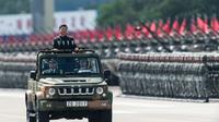 Le président chinois Xi Jinping passe en revue les troupes, le 30 juin 2017 à Hong Kong [DALE DE LA REY / AFP]