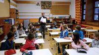 Un professeur d'école devant sa classe le jour de la rentrée anticipée à Praz-sur-Arly (Haute-Savoie) le 26 août 2014 [Jean-Pierre Clatot / AFP/Archives]