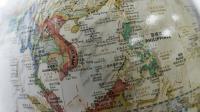 La mer de Chine méridionale vue sur un globe en vente dans une librairie de Pékin le 15 juin 2015 [GREG BAKER / AFP/Archives]