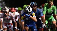 Les coureurs du Tour de France lors de la dernière étape le 28 juillet 2019 [Marco Bertorello / AFP]