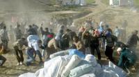 Des habitants de la région marocaine d'Ait Daoud, près d'Al Hoceima (côte nord-est), lors d'une distribution d'aide alimentaire, le 29 février 2004  [ABDELHAK SENNA / AFP/Archives]