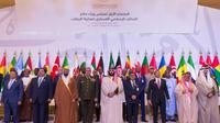 Le prince héritier saoudien Mohammed ben Salmane(c) entourés par les ministres de la Défense de 41 pays musulmans, le 26 novembre 2017 à Ryad  [BANDAR AL-JALOUD / Saudi Royal Palace/AFP]