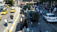 Un policier turc juché sur un tank à Istanbul, le 16 juillet 2016 [BULENT KILIC / AFP]