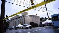 """La police aux abords de la synagogue """"Tree of Life"""" (Arbre de vie), le 28 octobre 2018 à Pittsburgh, aux Etats-Unis, au lendemain de la pire attaque antisémite de l'histoire du pays   [Brendan Smialowski / AFP]"""
