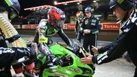 David Checa, au guidon de la Kawasaki N.11,va  passer le relais à Erwan Nigon (2d) lors des 24 Heures du Mans Motos, le 21 avril 2019 au Mans [JEAN-FRANCOIS MONIER              / AFP]