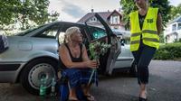 Gaelle une bénévole des Restos du coeur parle avec Marguerite, un SDF, photo du 30 juillet 2018 [PATRICK HERTZOG / AFP]