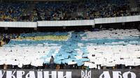 """Des supporteurs déploient un tifo représentant le drapeau de la Marine ukrainienne  et une bannière """"liberté pour l'Ukraine ou la mort"""", lors d'un match du championnat ukrainien entre le Dynamo Kiev et le SC Tavriya Simferopol, le 16 mars 2014 à Kiev. [Anatolii Stepanov / AFP/Archives]"""