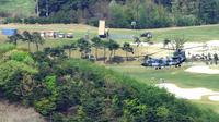 L'installation d'un bouclier antimissiles américain Thaad (c) sur un ancien terrain de golf, le 26 avril 2017 à Seongju, en Corée du Sud [ / DAEGU ILBO/AFP/Archives]