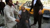Des Afghans à la recherche de proches après un attentat à la voiture à Kaboul, le 22 août 2015 [WAKIL KOHSAR / AFP/Archives]