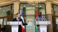 Le président français Emmanuel Macron (g) et son homologue burkinabè Roch Marc Christian Kaboré (d), le 28 novembre 2017 à Ouagadougou [ludovic MARIN / POOL/AFP]