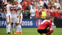Les joueurs suisses (g) se congratulent après leur victoire face à l'Albanie lors de l'Euro au stade Bollaert, le 11 juin 2016 [MARTIN BUREAU / AFP]