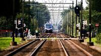 Des secours sur le lieu de l'accident entre un train et un triporteur qui a coûté la vie à quatre enfants sur le chemin de l'école, à Oss, le 20 septembre 2018 [Vincent Jannink / ANP/AFP]