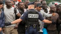 """Des migrants lors du démantèlement le 13 septembre 2016 de la """"jungle"""" le campement surpeuplé à Calais [PHILIPPE HUGUEN / AFP]"""