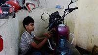 Russel, 13 ans, travaille dans un garage à Dacca, au Bangladesh, le 7 décembre 2016 [MUNIR UZ ZAMAN / AFP]