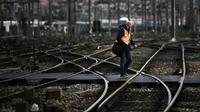 Un homme traverse les rails de la gare Saint-Charles à Marseille, le 9 avril 2018 [ANNE-CHRISTINE POUJOULAT / AFP/Archives]
