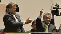 Le président équatorien Rafael Correa (G) et le vainqueur de la présidentielle Lenin Moreno, au balcon du palais présidentiel à Quito, le 3 avril 2017 [RODRIGO BUENDIA / AFP]