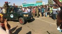 Des manifestants soudanais entourent un véhicule de l'armée à Khartoum, le 8 avril 2019 [STRINGER / AFP]