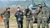 D'anciens contestataires pro-européens sont aujourd'hui réservistes dans l'armée ukrainienne et s'entraînent, près de Kiev le 31 mars 2014 [Sergei Supinsky / AFP/Archives]