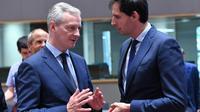 Le ministre français de l'Economie Bruno Le Maire (g) et son homologue neerlendais Wopke Hoekstra, lors d'une conférence de l'Eurogroupe à Bruxelles le 24 mai 2018 [Emmanuel DUNAND / AFP/Archives]