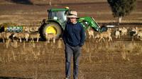 Clive Barton, un fermier australien, marche sur terres asséchées dans la région de Duri, en Nouvelle-Galles du Sud, le 7 août 2018 [Saeed KHAN / AFP]