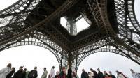 La tour Eiffel, monument payant le plus visité au monde, reçoit six millions de visiteurs par an [LIONEL BONAVENTURE / AFP/Archives]