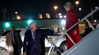 L'ancien président des Etats-Unis Bill Clinton accompagne son épouse et candidate à la Maison Blanche Hillary Clinton à la descente de l'avion à Philadelphie, le 7 novembre 2016 [Brendan Smialowski / AFP]