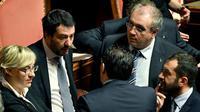 Le chef de la Ligue Matteo Salvini (g) s'entretient avec des députés lors d'une session au Sénat à Rome le 24 mars 2018 [Andreas SOLARO / AFP]