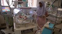 Une infirmière pakistanaise dans une unité néonatale de soins intensifs à Islamabad le 20 février 2018 [AAMIR QURESHI / AFP]