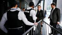Arrivée de Jean-Luc Mélenchon dans les locaux de la police anticorruption (Oclciff) à Nanterre, jeudi 18 octobre 2018 [Lionel BONAVENTURE / AFP]