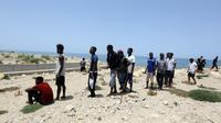 Migrants ayant survécu à un naufrage au large de la Libye. Trois bébés sont morts et une centaine de personnes sont portées disparues lors de ce nouveau drame en mer Méditerranée, le 29 juin 2018    [Mahmud TURKIA / AFP]