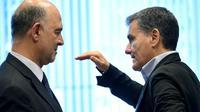 Pierre Moscovici (G) et le ministre grec des Finances Euclid Tsakalotos (D) lors d'une réunion de l'Eurogroupe à Luxembourg, le 21 juin 2018 [JOHN THYS / AFP]