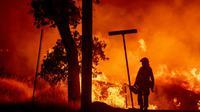 """Un pompier combattant le """"Carr fir"""" à Redding, en Californie, le 27 juillet 2018  [JOSH EDELSON / AFP/Archives]"""