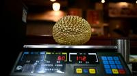 Un durian pesé en Chine dans une échoppe spécialisée en produits d'alimentation, le 18 janvier 2019 à Pékin [WANG ZHAO / AFP]