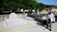 Des passants devant la tombe du général Charles de Gaulle (1890-1970), le 28 mai 2017 à Colombey-les-deux-Eglises [FRANCOIS NASCIMBENI / AFP]